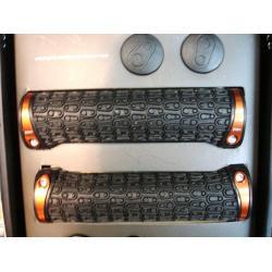 Poignées de guidon CRANKBROTHERS Kraton noire colliers orange - 130 mm - 68gr/1 - ppc 28 €ttc - PAIRE.
