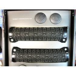 Poignées de guidon CRANKBROTHERS Kraton noire colliers noir - 130 mm - 68gr/1 - ppc 28 €ttc - PAIRE.